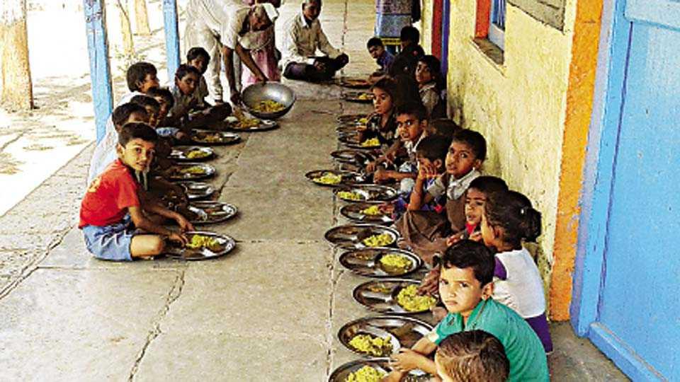 कापडणे (ता. धुळे) - दुष्काळग्रस्त गावांमध्ये सुटीतही पोषण आहार वितरण होत आहे.