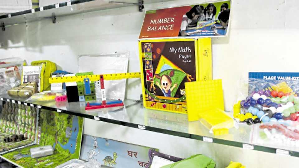 शकुन चौक - खेळामधून शिक्षणाची गोडी लागावी यासाठी बाजारात शैक्षणिक खेळणी दाखल झाले आहेत.