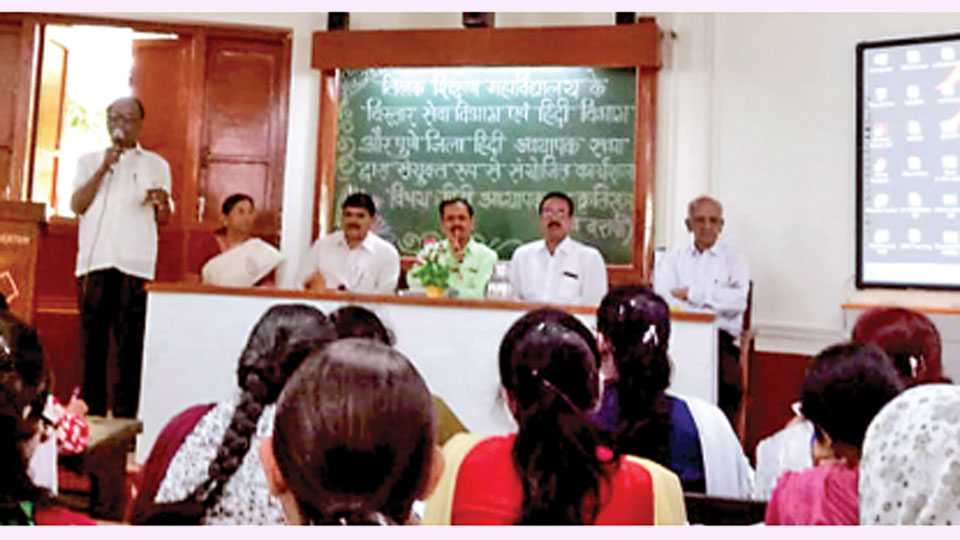 पुणे - हिंदी भाषेच्या शिबिरात मार्गदर्शन करताना डॉ. गणपत मोरे. समवेत मान्यवर.