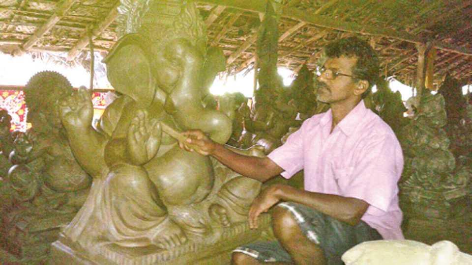 पाडलोस - मूर्ती बनविण्यात मग्न असलेले मूर्तिकार.