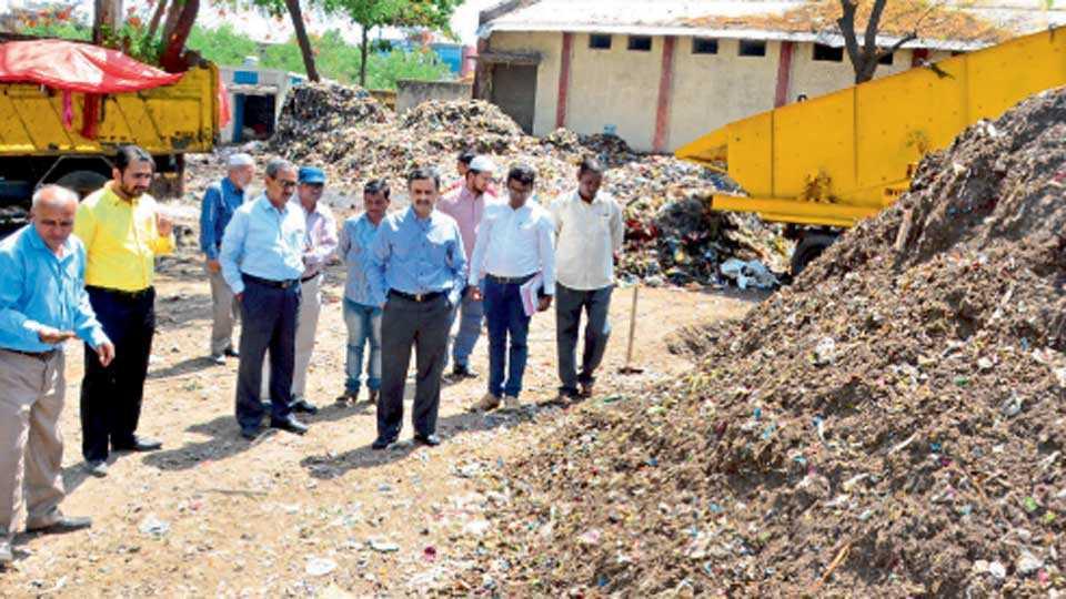 औरंगाबाद - नगर विकास विभागाचे प्रधान सचिन नितीन करीर यांनी गुरुवारी शहरातील कचरा कोंडीचा आढावा घेतला. मध्यवर्ती जकातनाका परिसरात महापालिका अधिकाऱ्यांसोबत त्यांनी पाहणी केली.