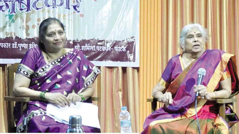 रत्नागिरी - रत्नागिरी जिल्हा नगर वाचनालयात प्रकट मुलाखतीत बोलताना डॉ. पुष्पा द्रविड. शेजारी शर्मिला पटवर्धन.