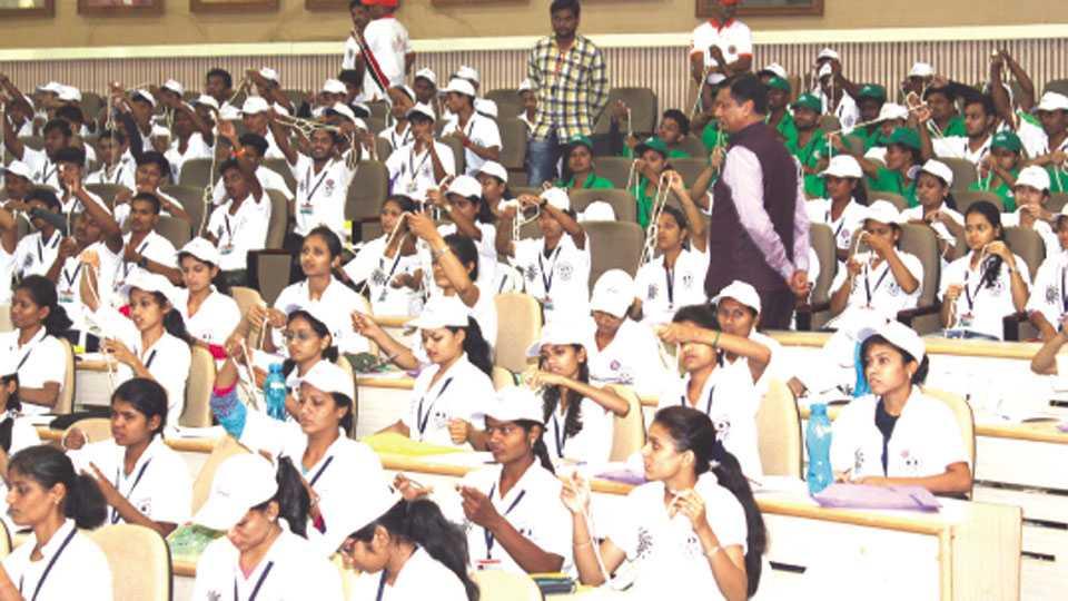 कोल्हापूर - शिवाजी विद्यापीठात आयोजित 'आव्हान-२०१७' प्रशिक्षण शिबिरात सहभागी झालेल्या विद्यार्थ्यांसमवेत कुलगुरू डॉ. देवानंद शिंदे.