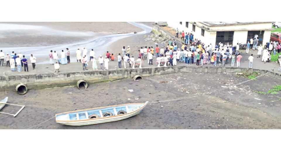पूर्णगड - बुडालेल्या नौकेतील मृतदेहांच्या शोधासाठी थांबलेले ग्रामस्थ.