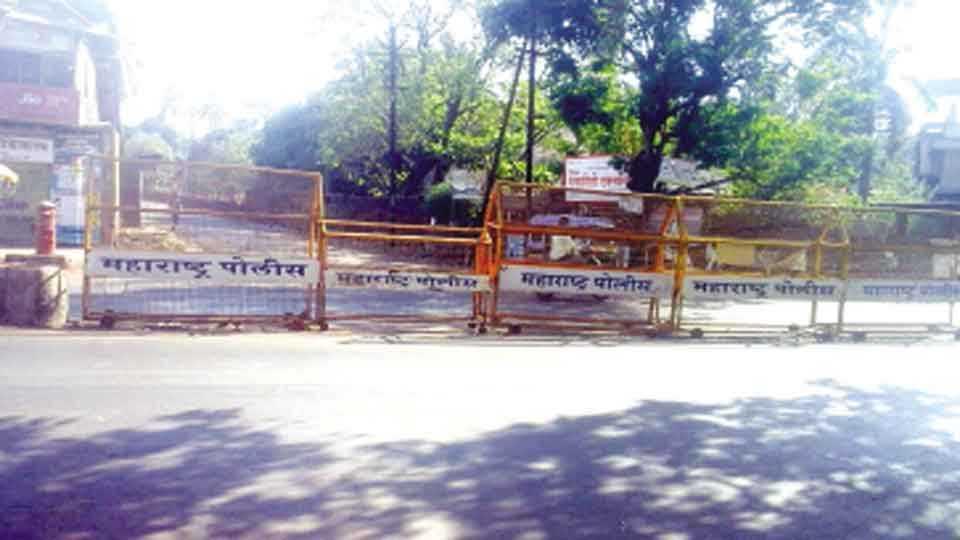 रत्नागिरी - मारुती मंदिर येथील रस्ता दुभाजक घालून बंद करण्यात आले आहेत.