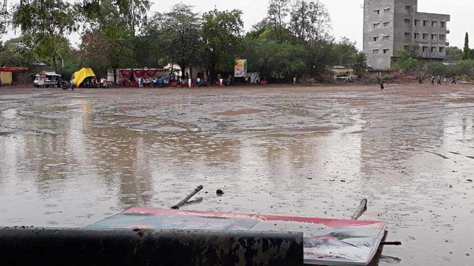 कोपरगाव - शहरात शनिवारी दुपारी अवकाळी पावसाने हजेरी लावली. केबीपी विद्यालयाच्या मैदानात साठलेले पाणी.