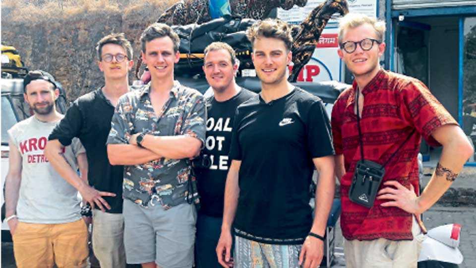 वेल्हे - 'रिक्षा दौड' मोहिमेतील (उजवीकडून) जेत्रो क्रोक, बेल फ्यारी, सयाम स्नोड, रुफ्फ रेज्जास, जेस्स फ्योबेर्स, लेम पुलं.