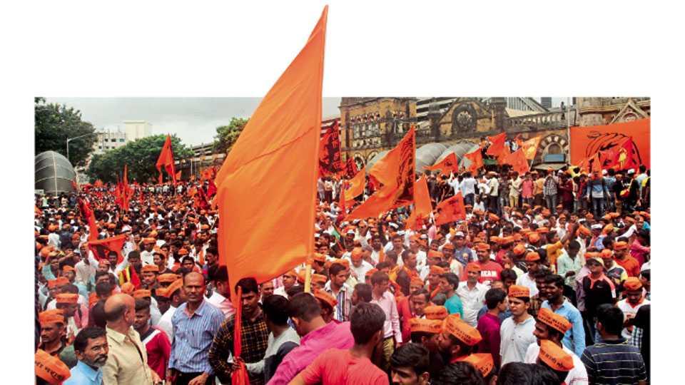 मुंबई महापालिकेसमोर जमलेले लाखो कार्यकर्ते.
