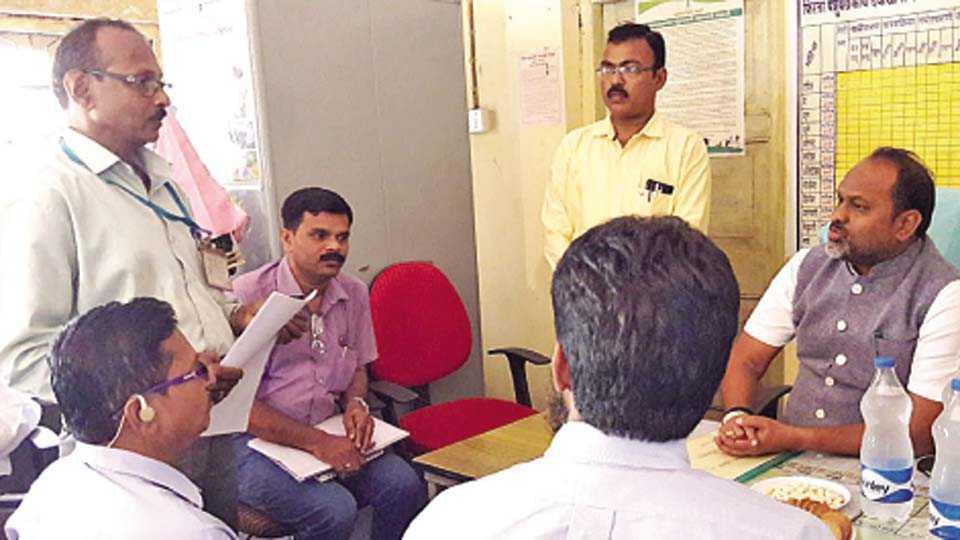 वैभववाडी - पशुसंवर्धनमंत्री महादेव जानकर यांनी शुक्रवारी येथील पशुवैद्यकीय दवाखान्याला भेट दिली. या वेळी उपस्थित जिल्हा पशुधन अधिकारी डॉ. पठाण, तहसीलदार संतोष जाधव आदी.