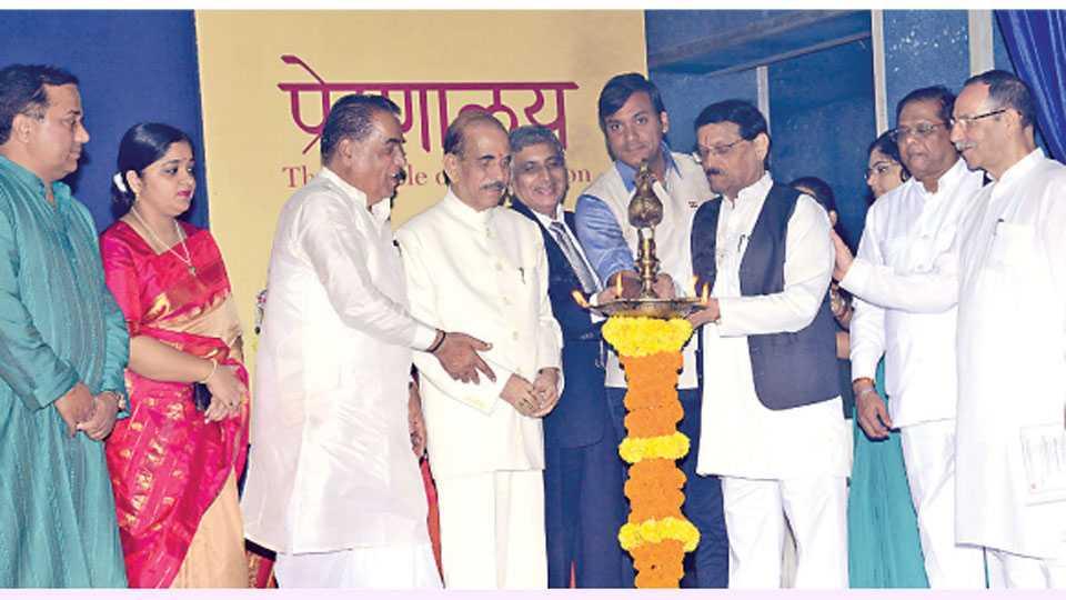 कोथरूड - एमआयटीच्या वर्धापन दिन सोहळ्याच्या उद्घाटनप्रसंगी (डावीकडून), प्रा. मंगेश कराड, डॉ. सुचित्रा कराड-नागरे, प्रा. विश्वनाथ कराड, मनोहर जोशी, डॉ. एल. के. क्षीरसागर, प्रा. राहुल कराड, प्रा. पी. बी. जोशी, डॉ. चंद्रकांत पांडव व डॉ. आय. के. भट.