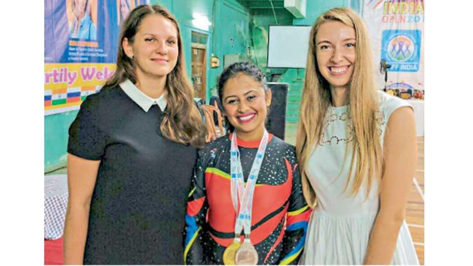 गोवा येथे इंटरनॅशनल चॅम्पियनशिपमध्ये गोल्ड व सिल्व्हर पदकासह मध्यभागी मयूरी गचके.