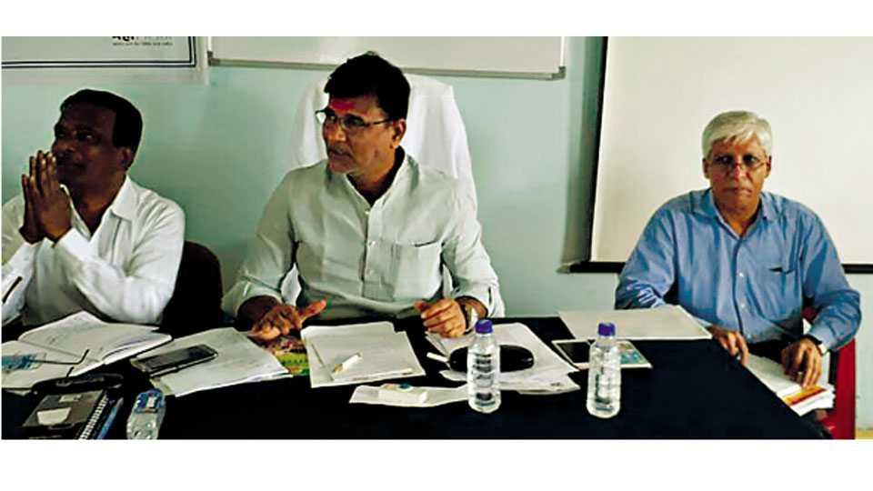 बीड - विनायक मेटे यांनी वीज प्रश्नांबाबत महावितरणच्या कार्यालयात शनिवारी बैठक घेतली. या वेळी उपस्थित आर. बी. बुरुड, अजिनाथ सोनवणे.