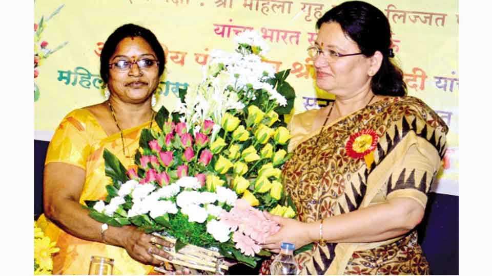 लिज्जत पापड संस्थेच्या स्वाती पराडकर यांना मिळालेल्या महिला विकास पुरस्काराबद्दल त्यांचा सत्कार करताना महापौर मुक्ता टिळक.