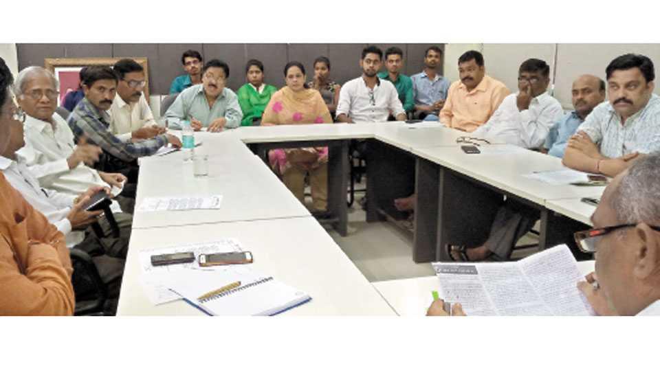 काँग्रेसनगर - येथील राष्ट्रीय ओबीसी महासंघाच्या चिंतन बैठकीत उपस्थित मान्यवर.