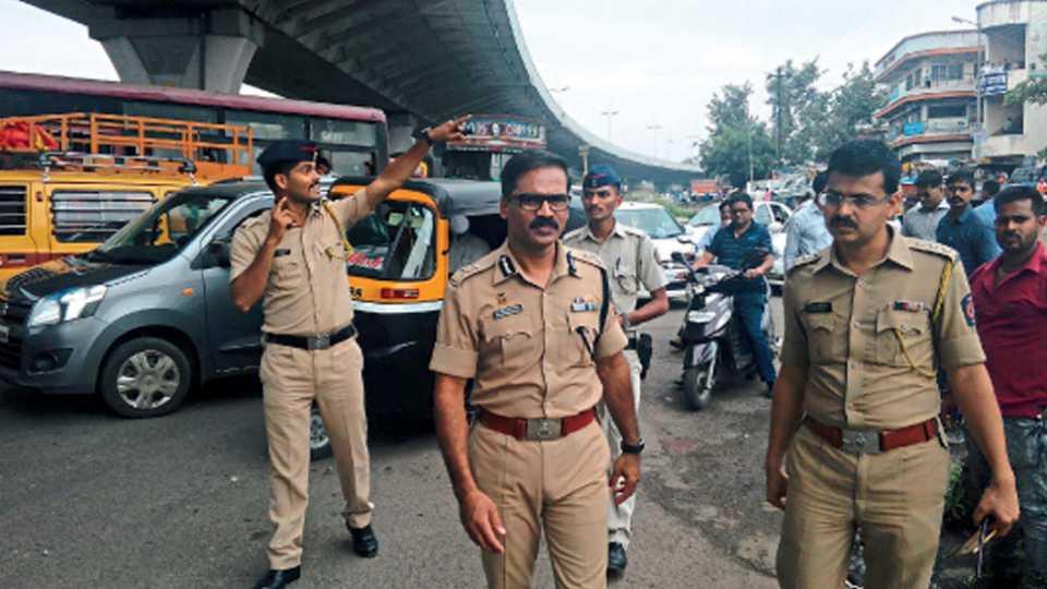 नाशिक - यू-टर्न पर्यायचा आढावा घेताना पोलिस आयुक्त डॉ. रवींद्र सिंगल. शेजारी वाहतूक शाखेचे सहाय्यक पोलिस आयुक्त अजय देवरे.