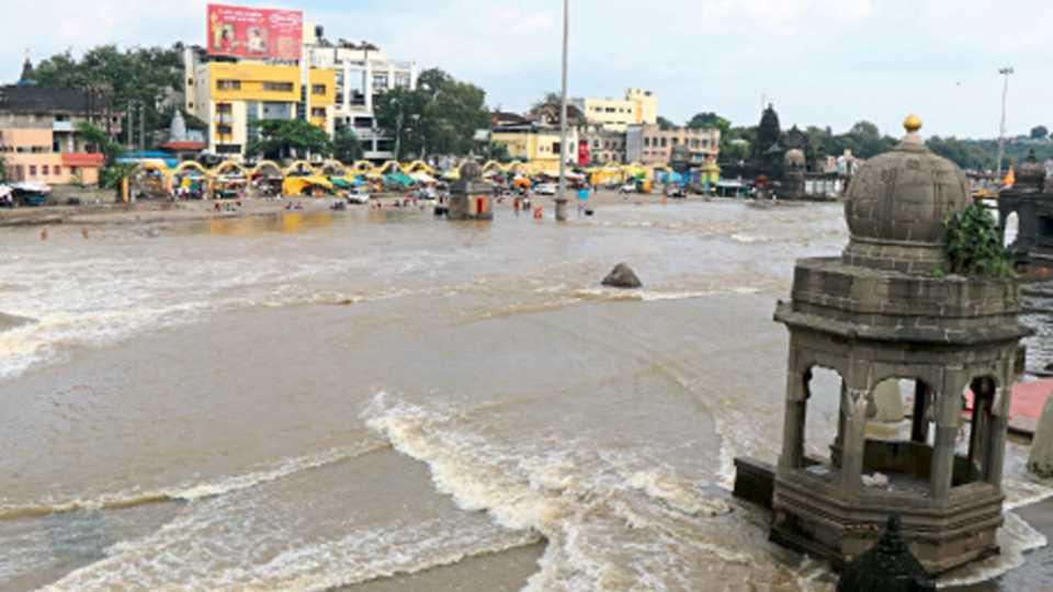 नाशिक - गेल्या दोन-तीन दिवसांपासून परतीचा पाऊस जोरदार हजेरी लावत असल्याने गोदावरीच्या पाणीपातळीत वाढ झाली आहे. सोमवारी दुपारी असलेली पाणीपातळी.