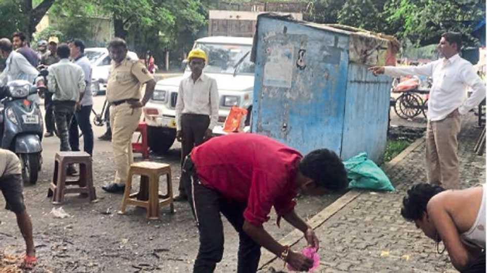 अजनी रोड - राजाबाक्षा ते अजनी रोडवरील अवैध मटण विक्री दुकाने थाटणाऱ्यांना हटविताना पोलिस व मनपा अधिकारी.