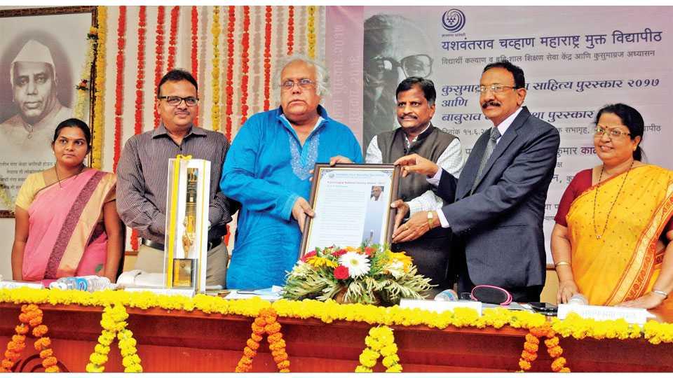 नाशिक - यशवंतराव चव्हाण महाराष्ट्र मुक्त विद्यापीठातर्फे देण्यात येणारा कुसुमाग्रज राष्ट्रीय साहित्य पुरस्कार गुरूवारी प्रख्यात कन्नड साहित्यिक डॉ. एच. एस. शिवप्रकाश यांना प्रदान करताना अखिल भारतीय मराठी साहित्य संमेलनाचे अध्यक्ष डॉ. अक्षयकुमार काळे.