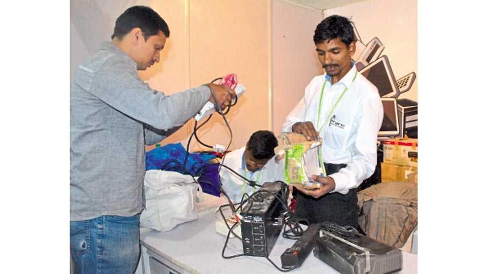 सिंचननगर मैदान - 'सीएमडीए'ने आयोजित केलेल्या आयटी प्रदर्शनातील 'ई-वेस्ट कलेक्शन स्टॉल'ला नागरिकांचा मिळत असलेला प्रतिसाद.
