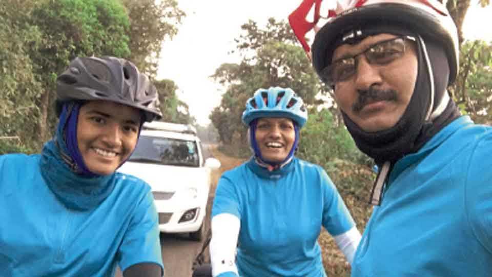 पुणे ते गोवा प्रवास सायकलने करताना एका निवांत क्षणी डॉ. सतीश पाटील आणि त्यांचे कुटुंबीय.