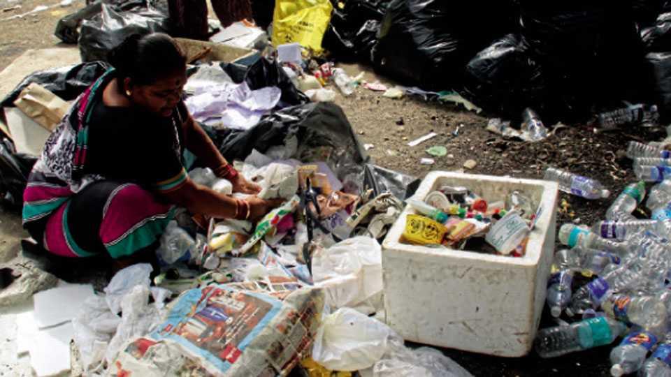 ससून रुग्णालय - घन कचऱ्यातून जैव वैद्यकीय कचरा वेगळा करण्यात येत आहे.