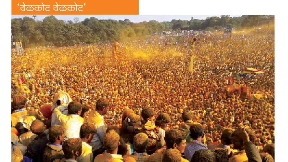 पाल - 'येळकोट येळकोट... जय मल्हार'च्या गजरात मंगळवारी राज्यासह कर्नाटक, आंध्र प्रदेशातील भाविकांच्या उपस्थितीत खंडोबाची यात्रा उत्साहात पार पडली. सुमारे सहा लाखांवर भाविकांनी हजेरी लावून भंडाऱ्याची उधळण केली. (संतोष चव्हाण - सकाळ छायाचित्रसेवा)