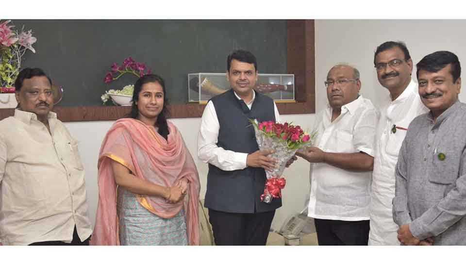 परभणी - कॉंग्रेसचे माजी आमदार रामप्रसाद बोर्डीकर यांनी मुंबईत मुख्यमंत्री देवेंद्र फडणवीस यांची भेट घेतली. यावेळी माजी आमदार कुंडलिकराव नागरे, मेघना बोर्डीकर, माजी राज्यमंत्री विनायकराव पाटील आदी.