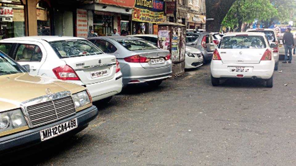 महात्मा गांधी रस्ता, लष्कर - पुरेशा प्रमाणात पार्किंगची व्यवस्था नसल्यामुळे वाहनचालकांकडून महात्मा गांधी रस्त्यावर करण्यात येत असलेले समांतर पार्किंग.