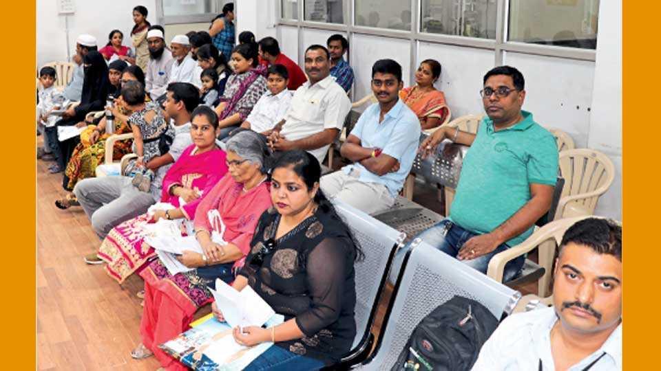 खराडवाडी, पिंपरी - येथील टपाल कार्यालयात पासपोर्टसाठी झालेली गर्दी.