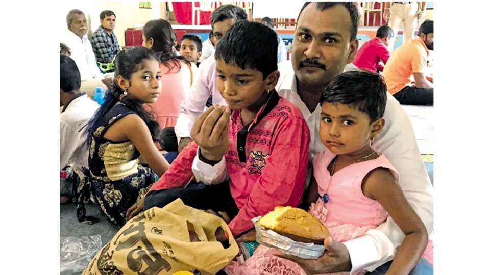 येरवडा - मुलांना भेटल्यावर कैद्यांच्या चेहऱ्यावर उमटलेले आनंदाचे भाव.