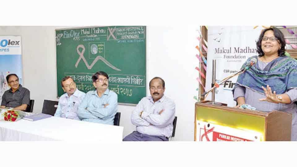 रत्नागिरी - महिलांच्या कर्करोग तपासणी शिबिरात बोलताना तहसीलदार प्रियांका अहिरे. शेजारी डॉ. अलिमियाँ परकार, डॉ. अनिरुद्ध आठल्ये, वेकंटरवी व तानाजी काकडे.