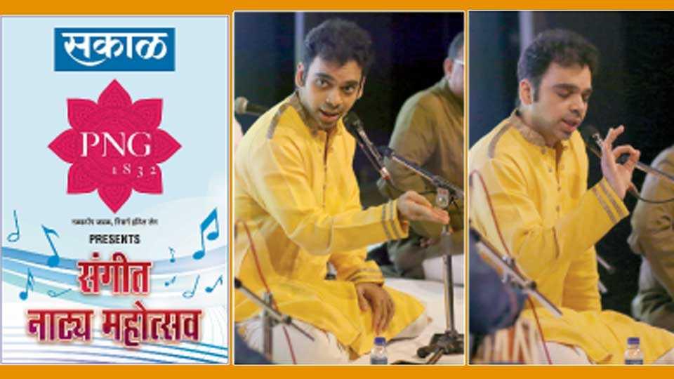 टिळक स्मारक मंदिर - 'सकाळ माध्यम समूह' आयोजित संगीत नाट्य महोत्सवाच्या समारोपप्रसंगी संगीत नाटकांतील पदे गाताना गायक राहुल देशपांडे.
