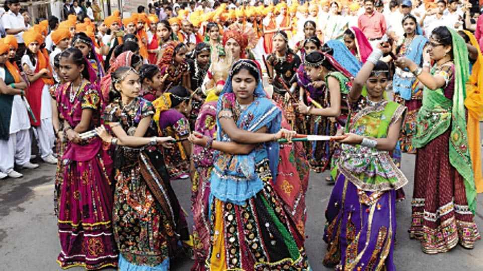 धुळे - शोभायात्रेत टिपरी नृत्य सादर करताना जयहिंद शैक्षणिक संस्थेच्या विद्यार्थिनी.