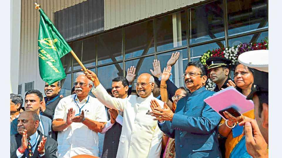 काकडी - शिर्डीहून मुंबईला जाणाऱ्या पहिल्या विमानास हिरवा झेंडा दाखवून राष्ट्रपती रामनाथ कोविंद यांनी रविवारी शिर्डी विमानतळाचे उद्घाटन केले. या वेळी मुख्यमंत्री देवेंद्र फडणवीस, राज्यपाल सी. विद्यासागर राव व नागरी विमान वाहतूक मंत्री पी. अशोक गजपती राजू