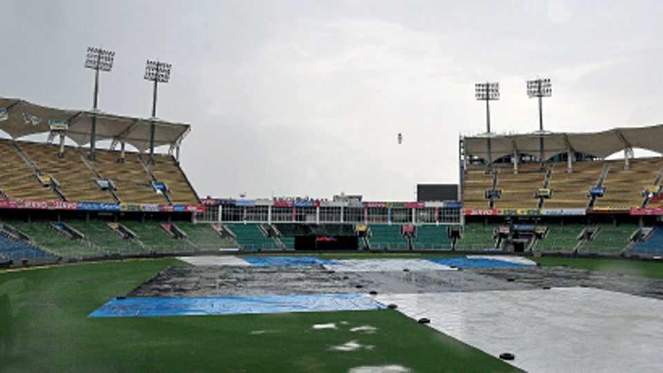 तिरुअनंतपुरम - भारत आणि न्यूझीलंडदरम्यान उद्या मंगळवारी टी २० सामना होणार असला, तरी सामन्यावर पावसाचे सावट आहे. सामन्याच्या आदल्या दिवशीही पावसामुळे मैदान असे आच्छादलेले होते.