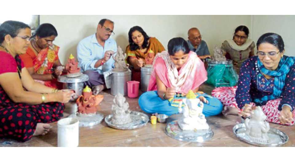 मिरज - 'घरीच 'श्रीं' मूर्ती घडवायची आणि घरातच तिचे विसर्जन' या उपक्रमाला मिरजेत वाढता प्रतिसाद मिळतोय.
