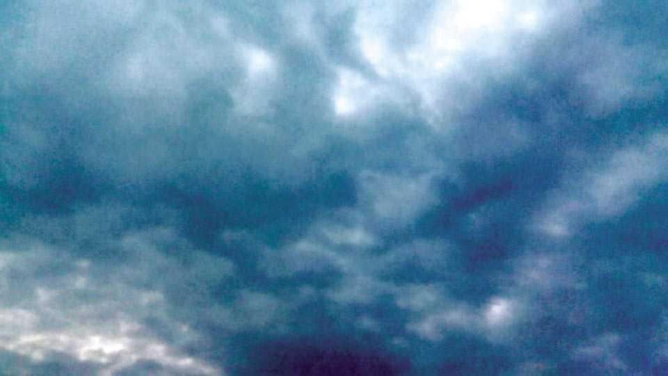 दुधोंडी - जिल्हाभरात बुधवारी सकाळी ढगाळ हवामानामुळे सूर्यदर्शन झाले नाही. दुधोंडी (ता. पलूस) परिसरातील ढगाळ वातावरण. (छायाचित्र - संजय कुंभार)