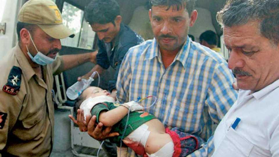 तोफगोळ्यांच्या माऱ्यात सरहद्दीलगतच्या गावातील एक अर्भक जखमी झाले. जवानांनी त्याला रुग्णालयात हलविले.