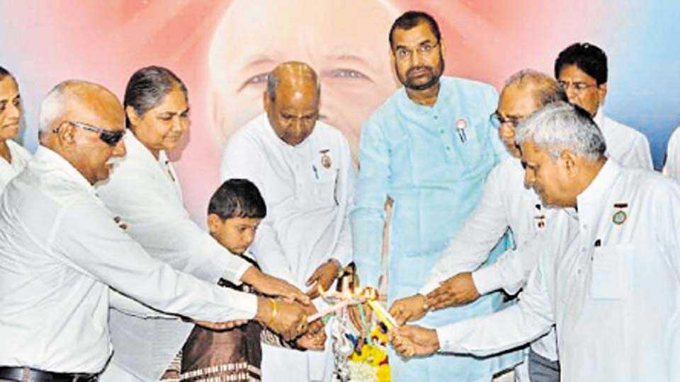 कोल्हापूर - ब्रह्माकुमारी संस्थेतर्फे आयोजित किसान महोत्सवाचे उद्घाटन दीपप्रज्वलनाने करताना कृषी व पणन राज्यमंत्री सदाभाऊ खोत. शेजारी सुनंदा बहेनजी, राजू भाई, डॉ. राम खर्चे, डॉ. पांडुरंग वाठारकर आदी.