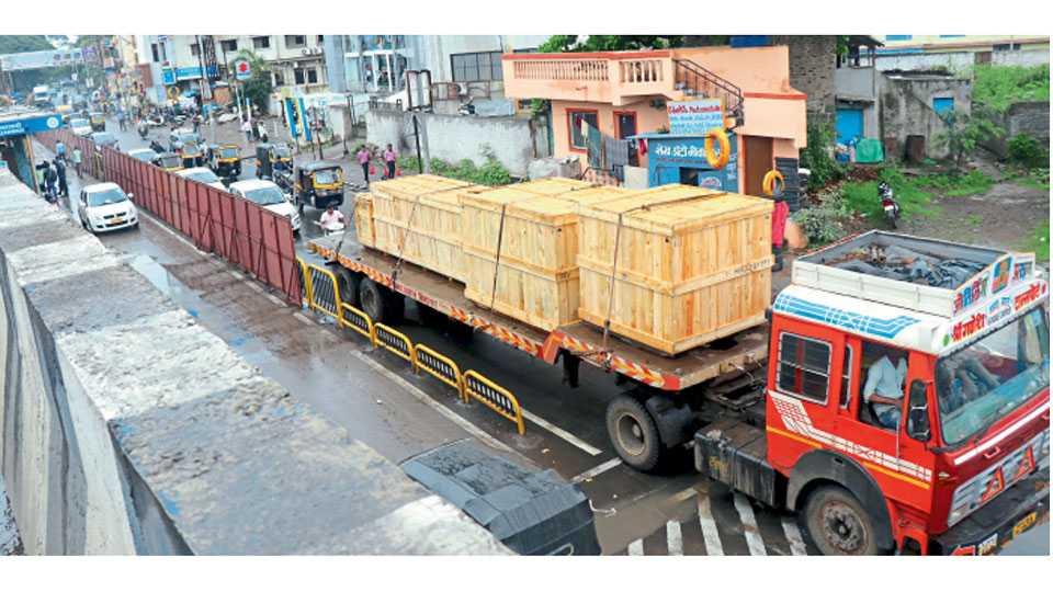 कासारवाडी - मेट्रोच्या कामामुळे दररोज सेवा रस्त्यावर होत असलेली वाहतुकीची कोंडी.