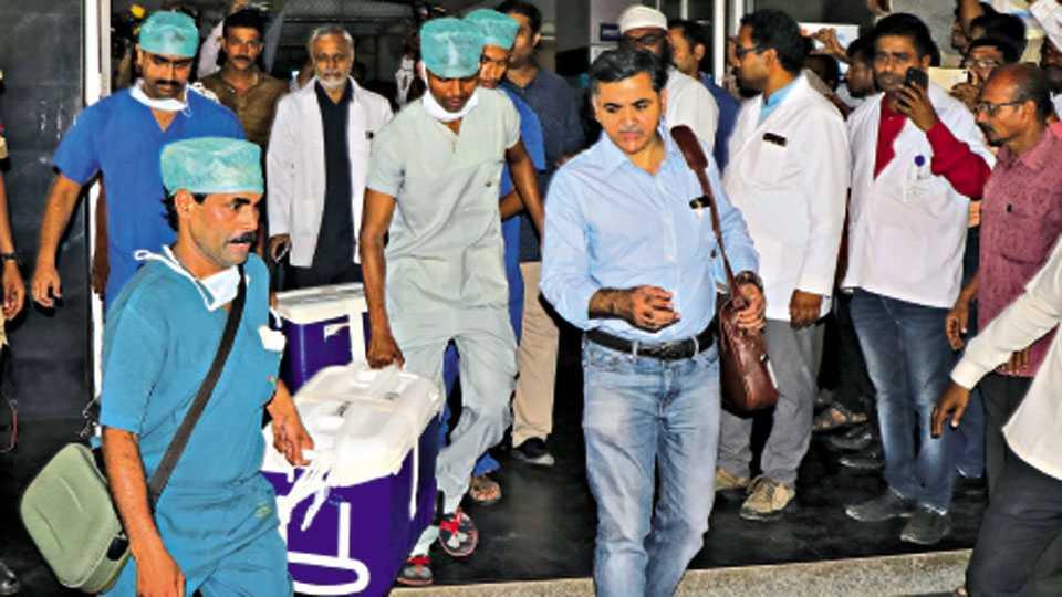 ओंकारचे हृदय काढून पुण्याला प्रत्यारोपणासाठी पाठविताना सर्वोपचार रुग्णालयातील डॉक्टरांचे पथक.