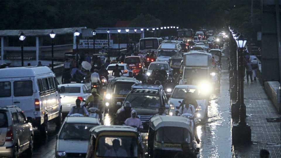 शिवाजी पुलावर अडकून पडलेली वाहने.