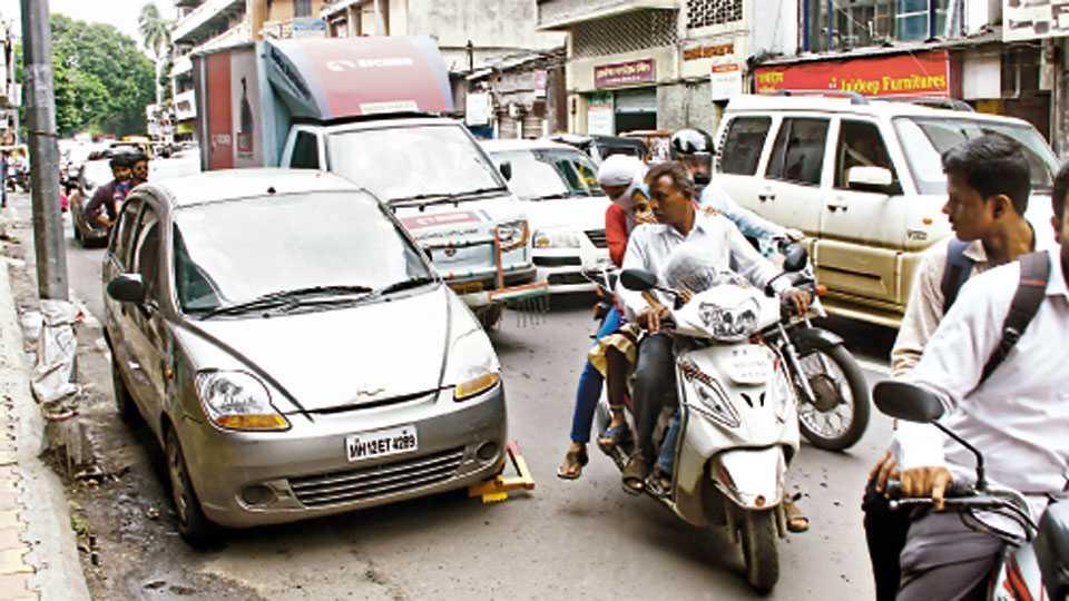 बाजीराव रस्ता - नो-पार्किंगमध्ये रस्त्यात उभी केलेल्या मोटारीला वाहतूक पोलिसांनी जॅमर लावण्यात आले.