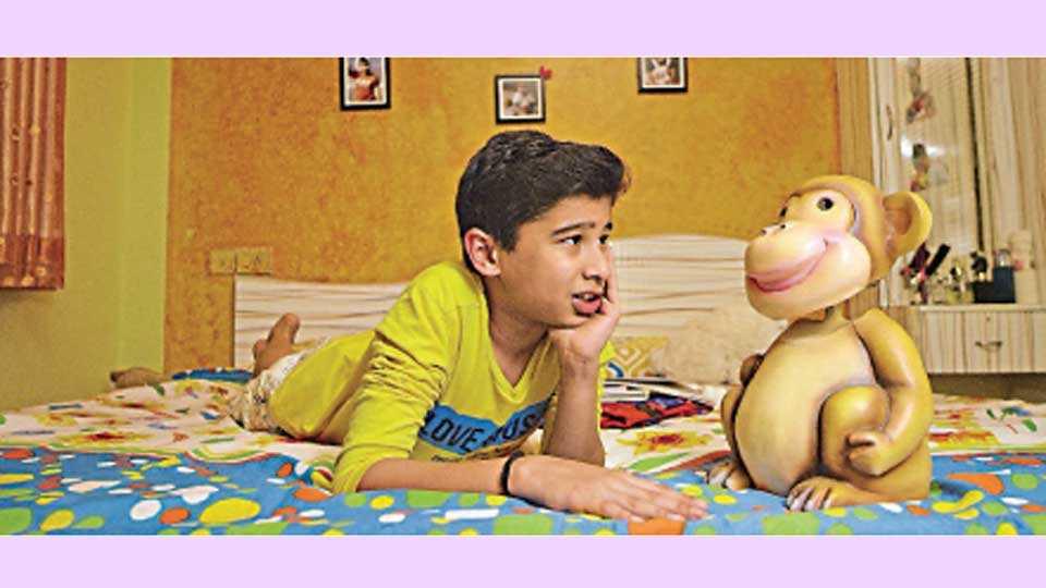 'मंकी बात' चित्रपटातील एका दृष्यात बालकलाकार वेदांत आपटे आणि 'वायू' द मंकी.