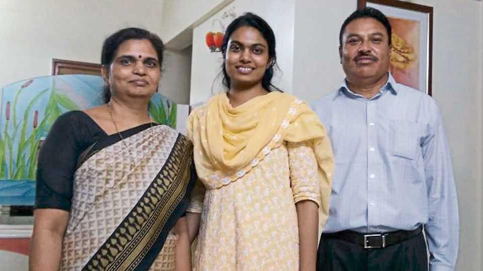 पुणे - विश्वांजली तिची आई ज्योती आणि वडील डॉ. एम. आर. गायकवाड यांच्या समवेत.