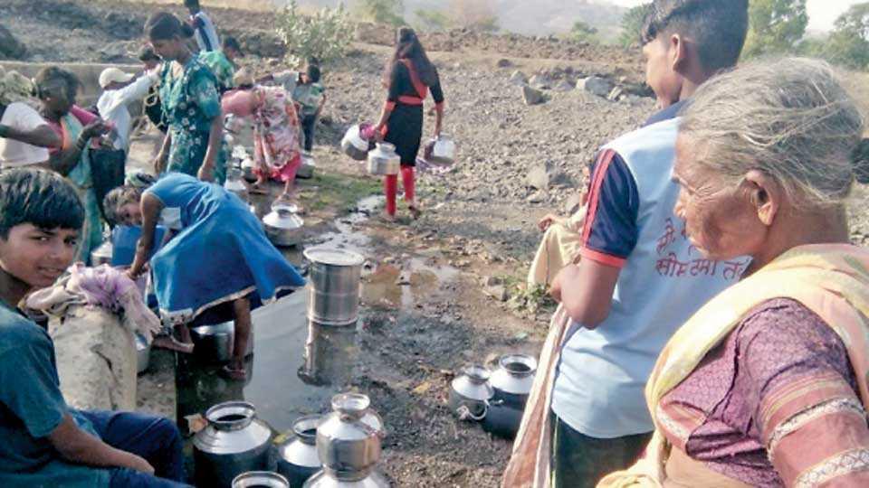 पुताचीवाडी (ता. जुन्नर) - शिवकालीन टाकीतील पाणी भरताना नागरिक.