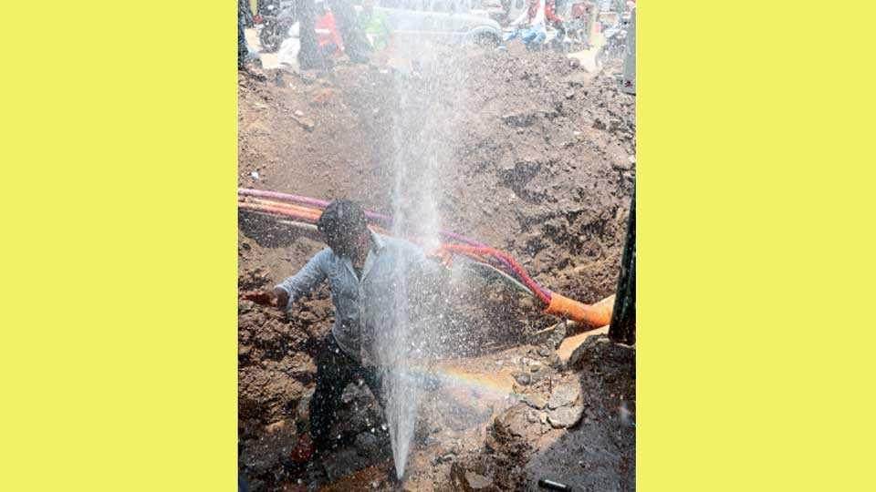 औरंगाबाद - मुख्य पाइपलाइनवरून मोतीकारंजा भागात घेण्यात आलेले नळ गुरुवारी महापालिकेने तोडले. यावेळी पाण्याचे असे फवारे उडाले.