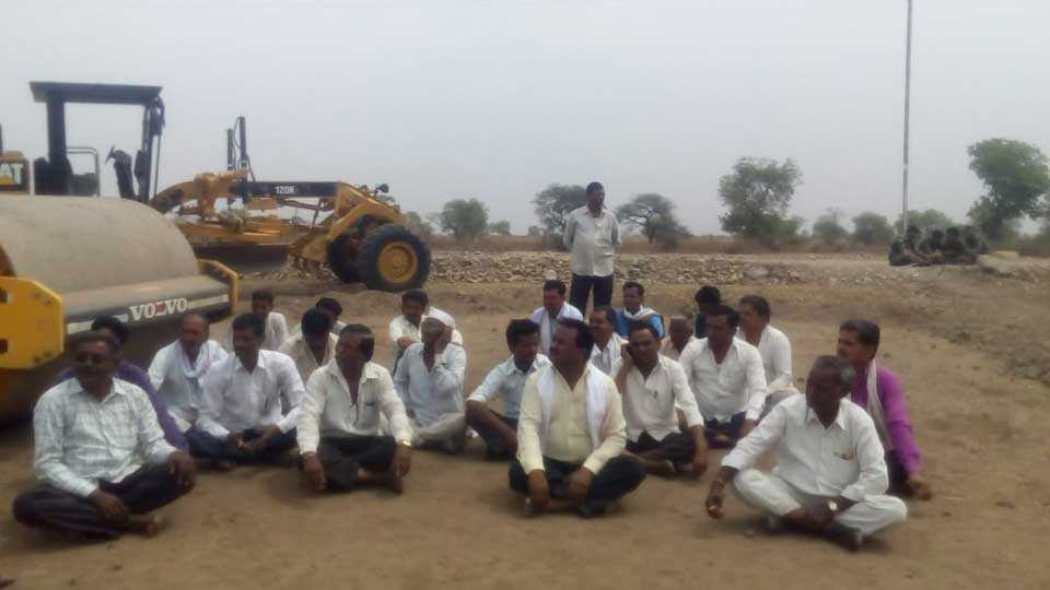 Farmers stopped the Mumbai Nagpur highway work