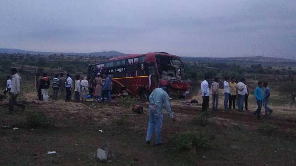 Beed News private bus accident near Ashti