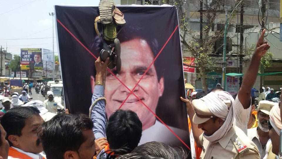 shiv sena agitation against BJP leader Raosaheb Danve in Yavatmal